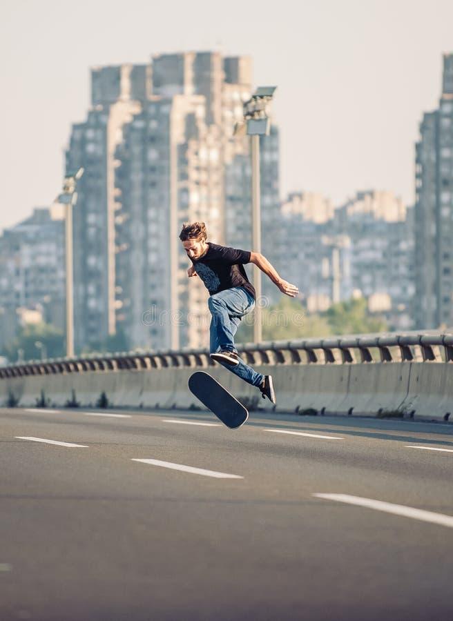 Конькобежец делая фокусы и скача на автодорожный мост улицы Fr стоковое фото
