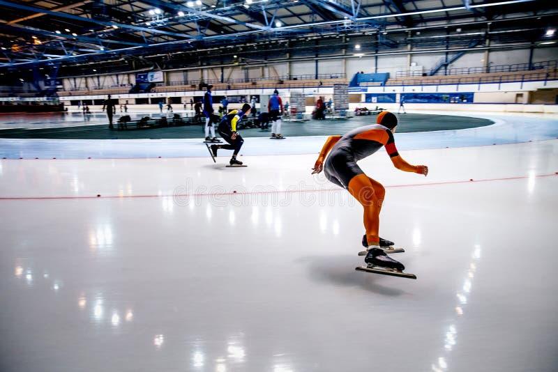 Конькобежцы спортсменов конкуренции 2 для того чтобы участвовать в гонке спринт стоковая фотография rf