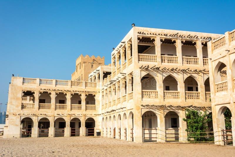 Конюшни снабжения жилищем исторического построения с аравийскими лошадями в Дохе, Катаре стоковое изображение rf