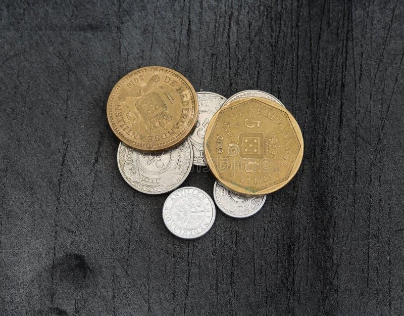 Конюшня монеток гульдена Нидерланд Antillean на черной предпосылке стоковые изображения
