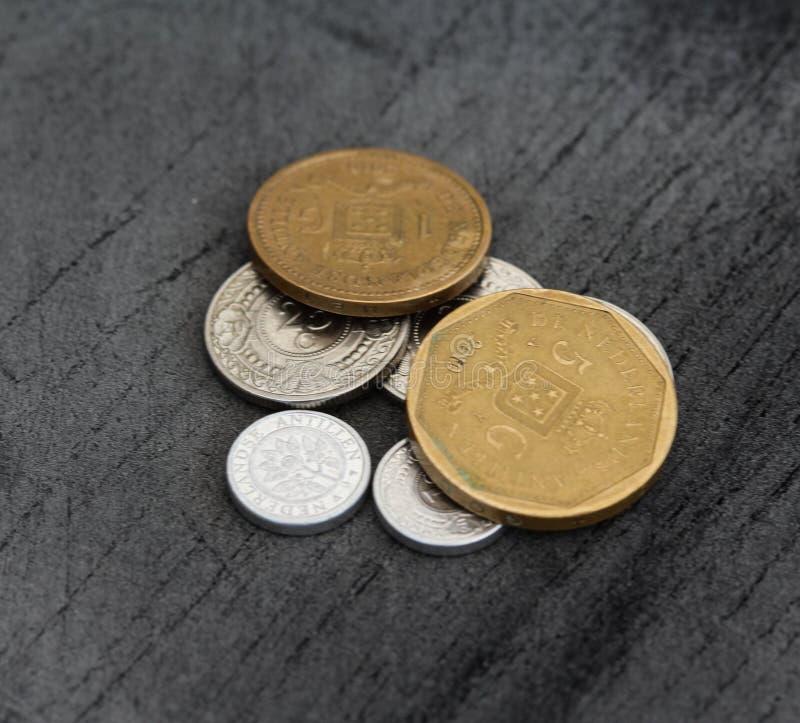 Конюшня монеток гульдена Нидерланд Antillean на черной предпосылке стоковая фотография rf