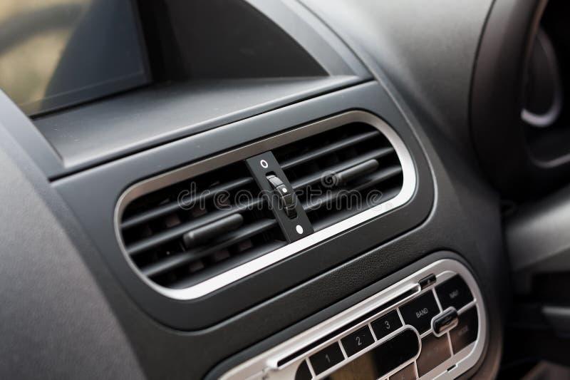 Кондиционер воздуха в компактном автомобиле стоковая фотография