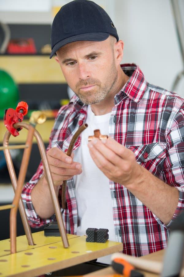 Кондиционер воздуха трубы меди вырезывания работника стоковое изображение rf