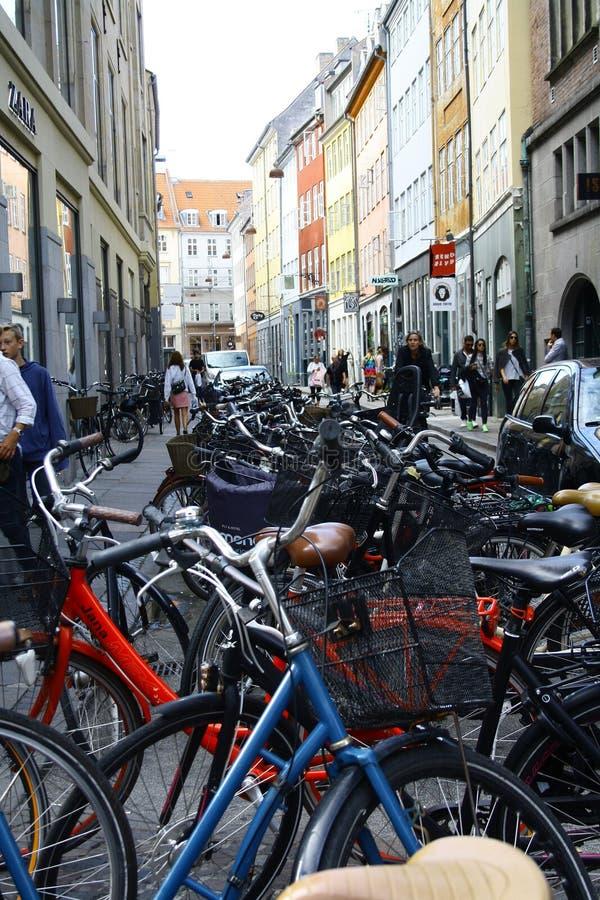 КОПЕНГАГЕН, ДАНИЯ - 7-ое августа 2016: люди идут вдоль улицы Stroget стоковое изображение rf