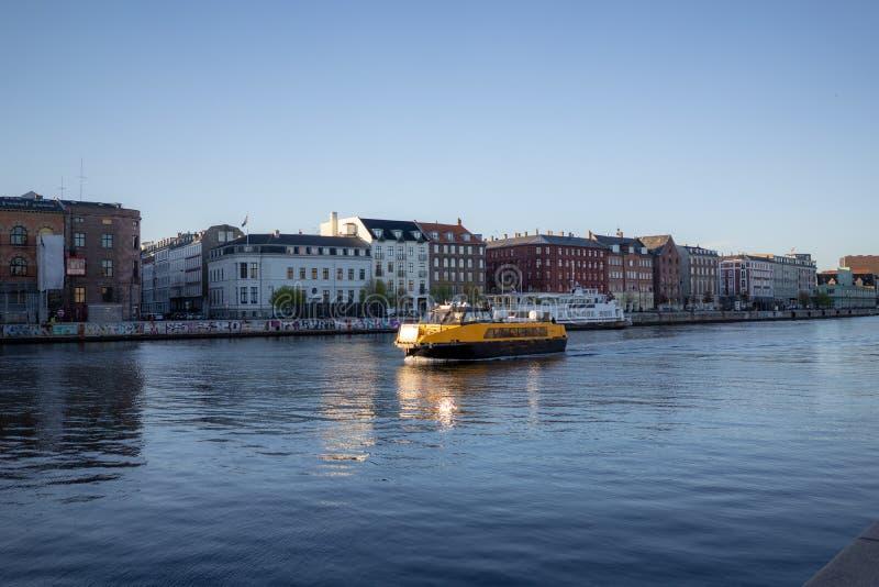 Копенгаген, Дания - 1-ое апреля 2019: Желтый автобус шлюпки общественного транспорта на Копенгагене на солнечный день стоковая фотография rf