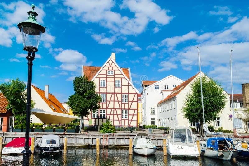 Копенгаген, Дания - 9-ое июля 2018 Красивая архитектура Копенгагена зодчество река ландшафта kremlin города отраженное ночой стоковые фотографии rf
