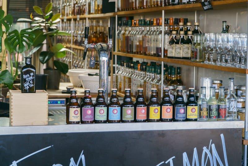 Копенгаген, Дания - 6-ое мая 2018: бар с много бутылок джина вискиа рома и другого алкоголя в Copenghagen, Дании стоковое изображение