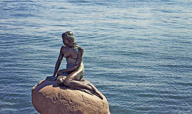 КОПЕНГАГЕН, маленькая статуя бронзы русалки от 1913 стоковая фотография rf