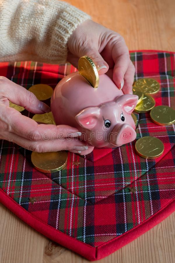 Копилка для везения на предпосылке монеток шоколада стоковое фото