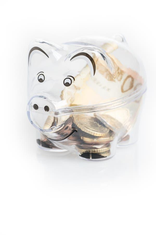 Копилка, монетки и счеты евро сбережениа дег принципиальной схемы чалькулятора кредиток черные Крупный план банкнот стоковая фотография