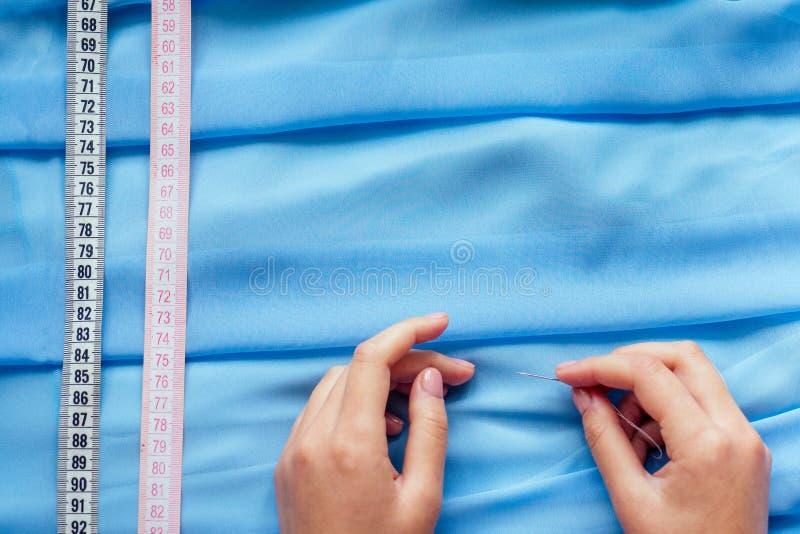 копировальный аппарат, синий чиффон, нити и измерительные ленточные швеи портной портной портной дизайнер свадебное платье шитье стоковые фото