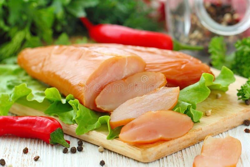 Копченое филе цыпленка готовое для ест стоковая фотография