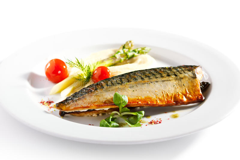 Копченые рыбы с овощем гарнируют стоковая фотография rf