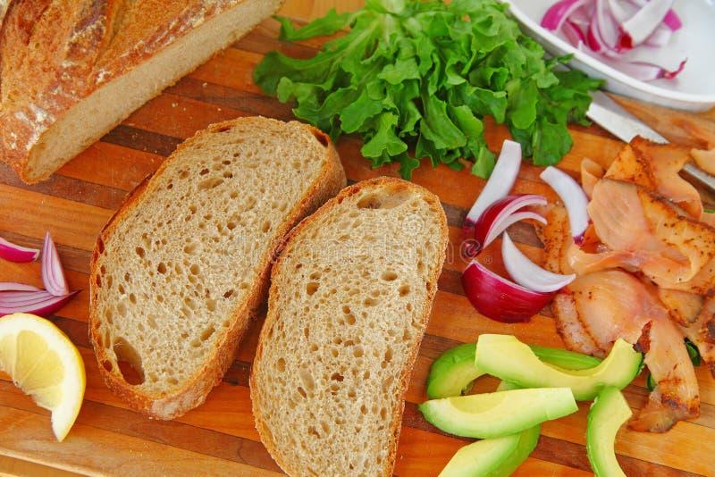 Копченые семги с хлебом и авокадоом стоковые изображения