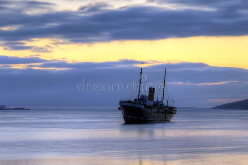 Кораблекрушение на восходе солнца стоковая фотография