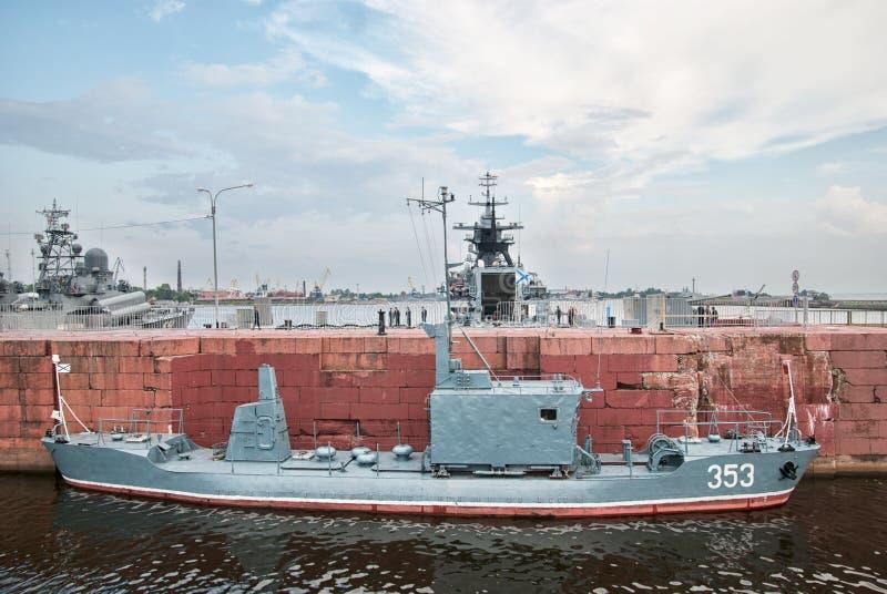Корабли войск в Kronstadt Взгляд собора Андрюа апостола Россия стоковое фото