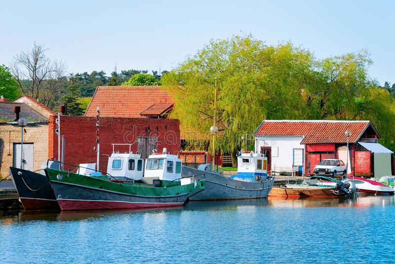 Корабли курортного города Нида Клайпеда в Неринге на Балтийском море в Куршонском Спите в Литве стоковое изображение rf