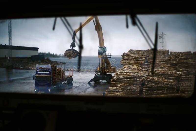 Корабли в порте груза во время деятельности груза Взгляд на discharging баланса от моста Швеция стоковые изображения