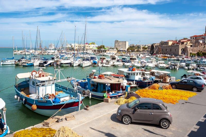 Корабли и шлюпки в венецианской гавани ираклиона, острова Крита, Греции стоковые изображения rf