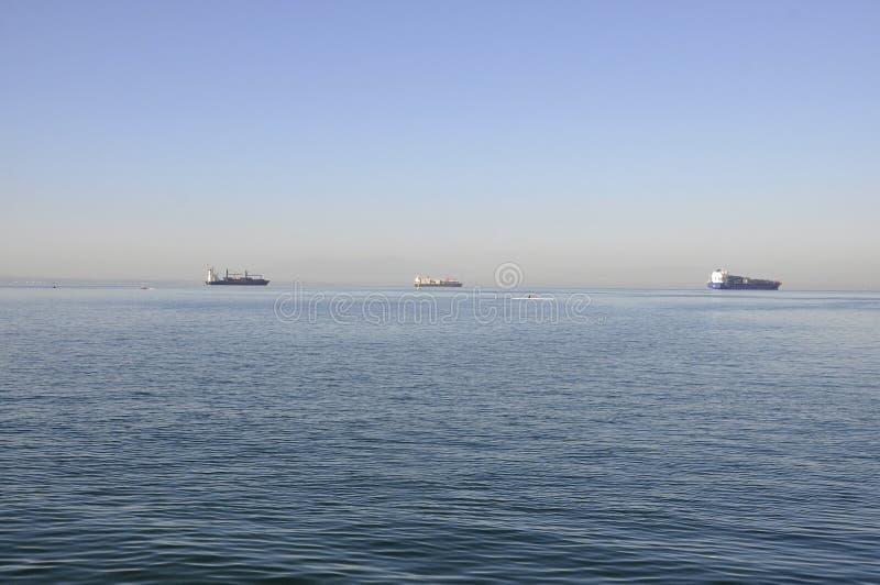 Корабли на взгляде Эгейского моря от Thessaloniki столица македонии Греции стоковое фото