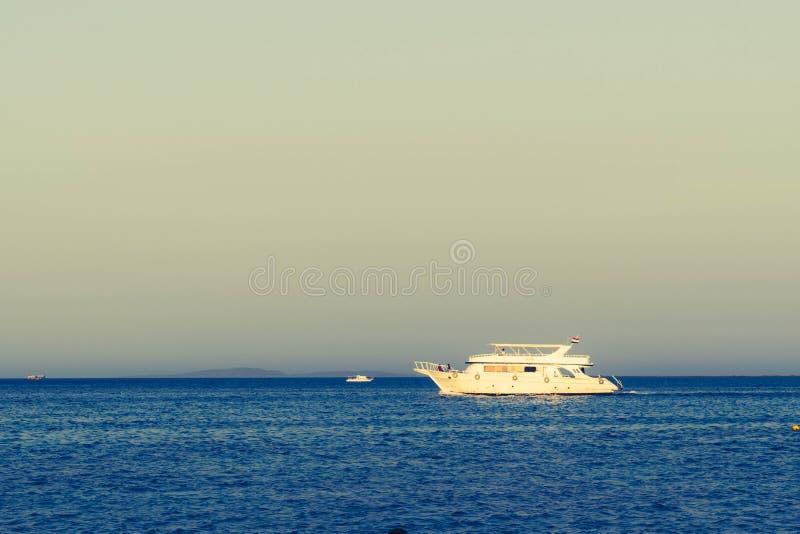 Корабли плавая в Красном Море стоковые фотографии rf