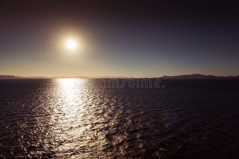 Корабли плавая к порту Пирея на заходе солнца, Афина стоковое фото