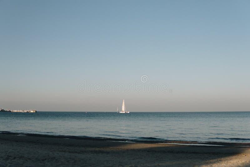 Корабли плавая над штилем на море стоковое изображение