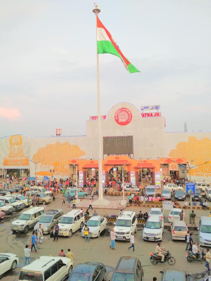 Корабли флага железнодорожного вокзала соединения Патны индийские толпятся стоковая фотография rf