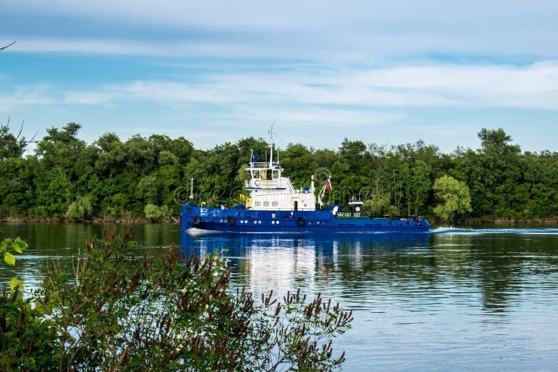 Корабль, баржа, яхта, шлюпка на реке в зоне Ростова Водный транспорт на фоне зеленого густолиственного landsc стоковые фото