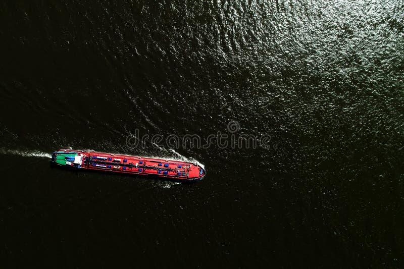 корабль вида с воздуха коммерчески пересекая реку Рейн в области стоковые фотографии rf