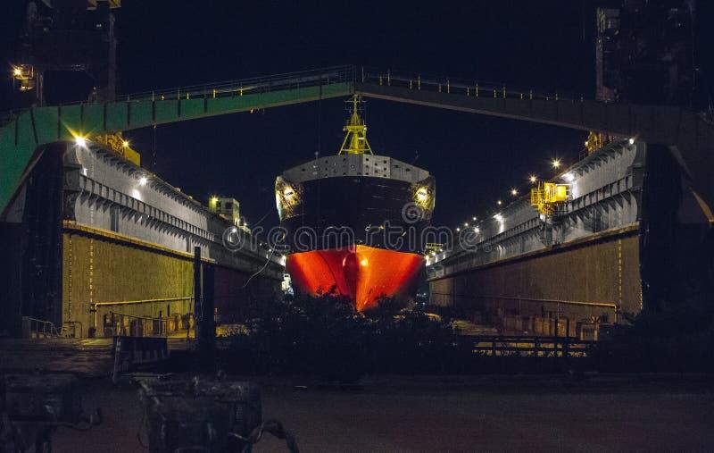 Корабль во дворе корабля стоковые фотографии rf