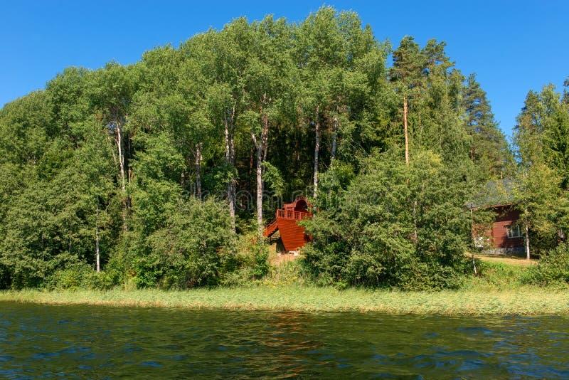 Корабль в лесе на береге озера леса стоковые изображения rf
