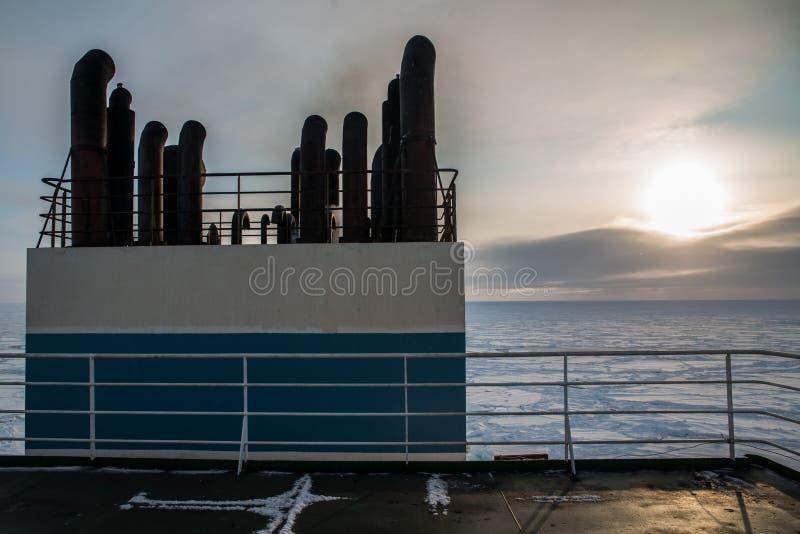 Корабль в льде арктики стоковое фото