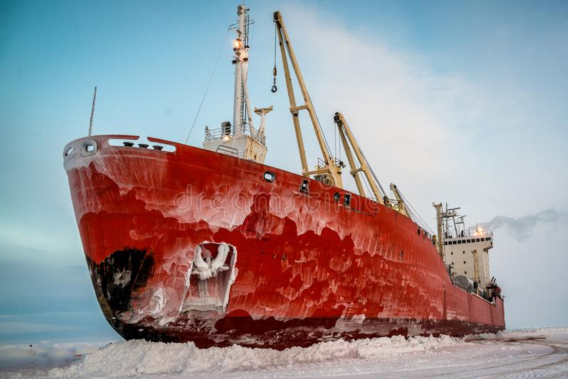 Корабль в льде на разгржать стоковое фото