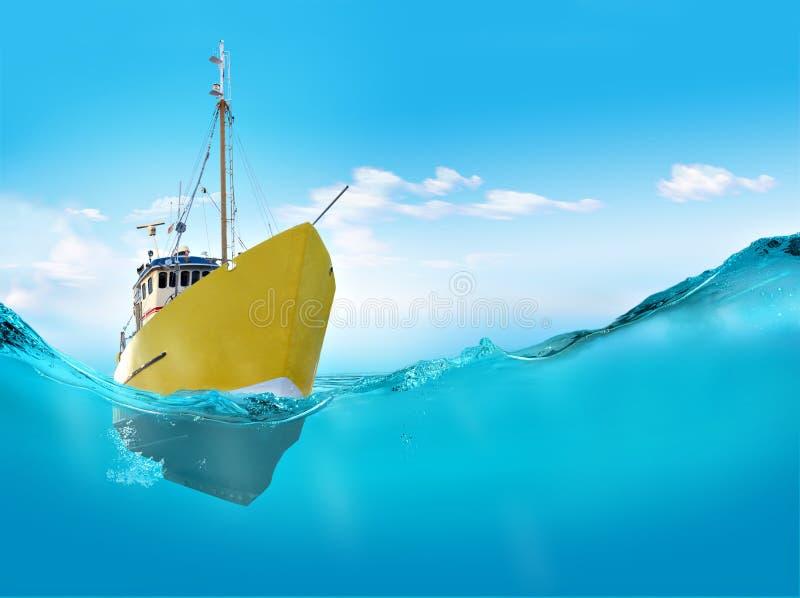 Корабль в море стоковые фотографии rf