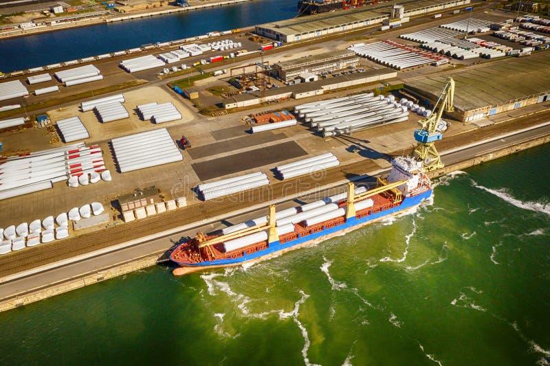 Корабль в порте, нагруженном с частями для ветротурбин стоковое изображение rf