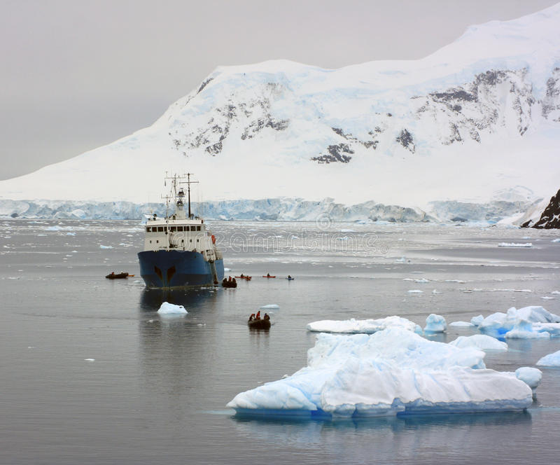 Корабль в приантарктических водах стоковое изображение