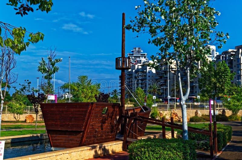 Корабль в середине общественного бассейна стоковое фото