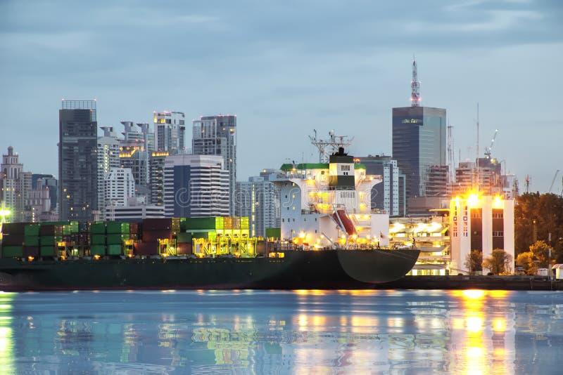 Корабль ждет идти вне Сделать ` s страны экономическое gro стоковая фотография rf