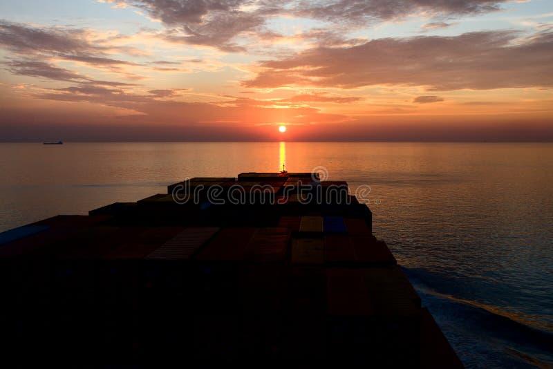 Корабль и заход солнца контейнера стоковая фотография