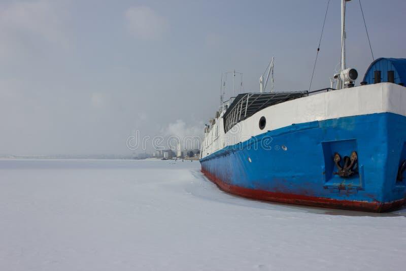 Корабль, который замерли в льде Замороженное река приняло корабль в плен На льде Волги стоковые изображения