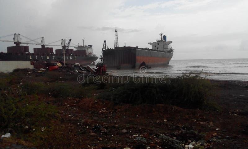 Корабль крупнейшего в мире ломая alang двора стоковые изображения rf