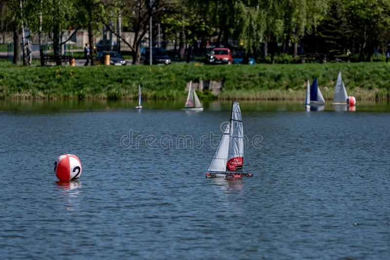 Корабль модели плавания масштаба RC на конкуренциях стоковое изображение rf