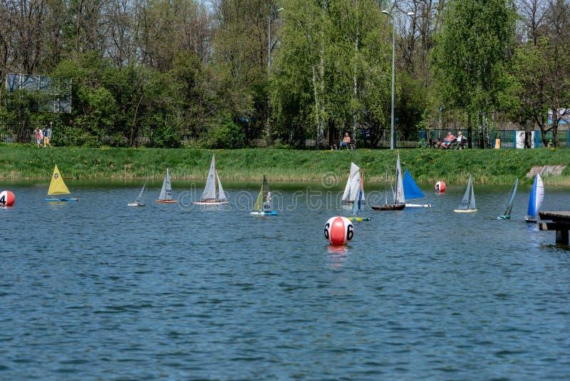 Корабль модели плавания масштаба RC на конкуренциях стоковые фото