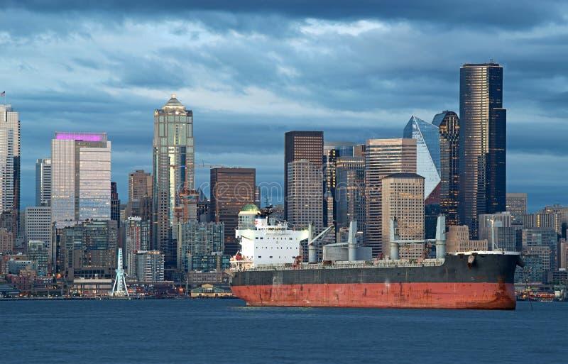 Корабль нефтяного танкера в гавани с горизонтом города в фоне стоковое изображение