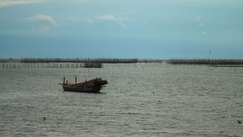 Корабль плавает в море стоковое фото rf