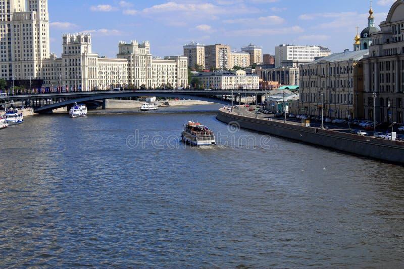 Корабль, река, город, здания, мост, архитектура стоковое фото