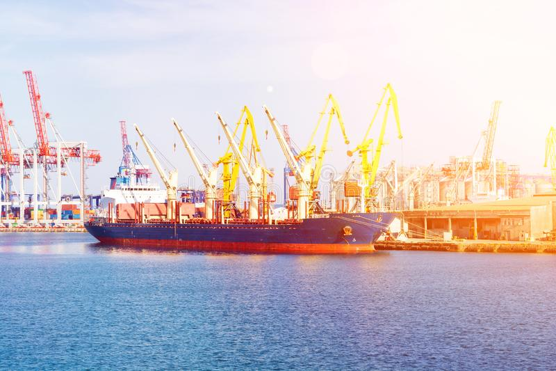 Корабль судно-сухогруза в порте на загрузке Грузовой корабль насыпного груза под мостом крана порта стоковые фотографии rf