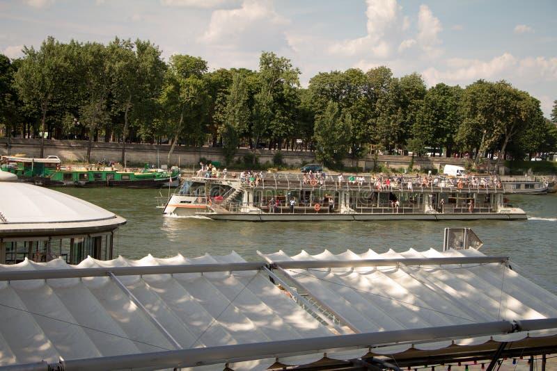 Корабль с туристами плавая на Сене на путешествии исследования Парижа стоковые изображения