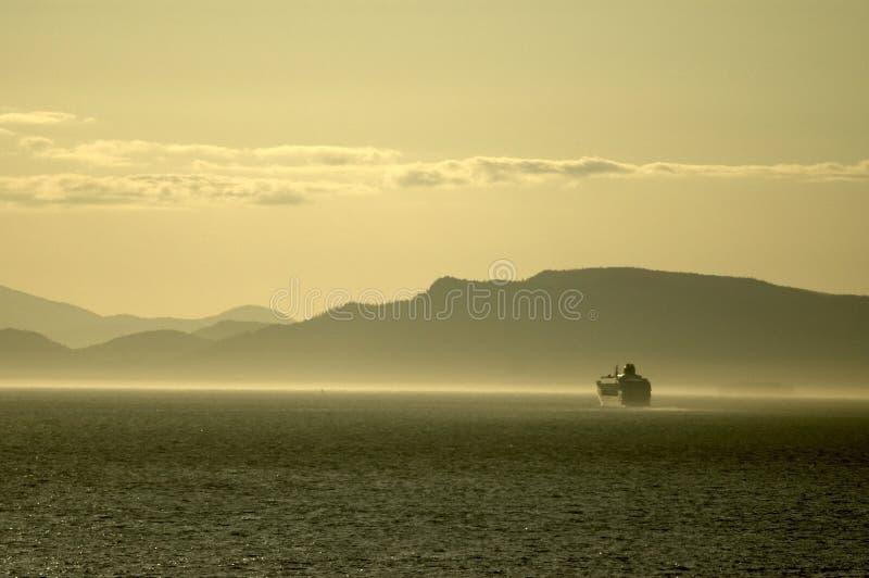 корабль фьорда круиза туманный стоковое изображение rf